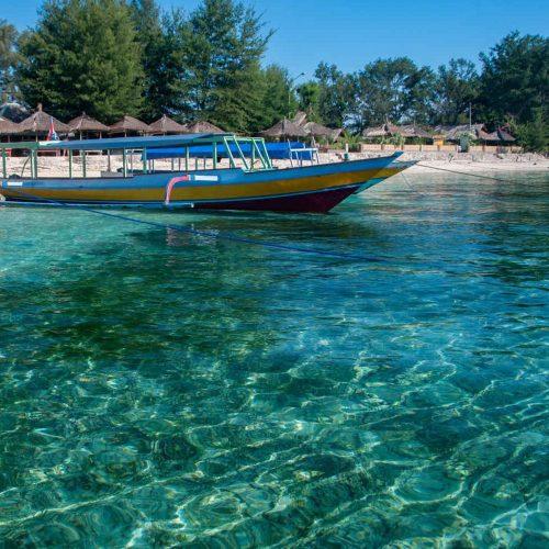 Bateaux amarrés sur la plage, Gili Air, îles Gili, Indonésie.