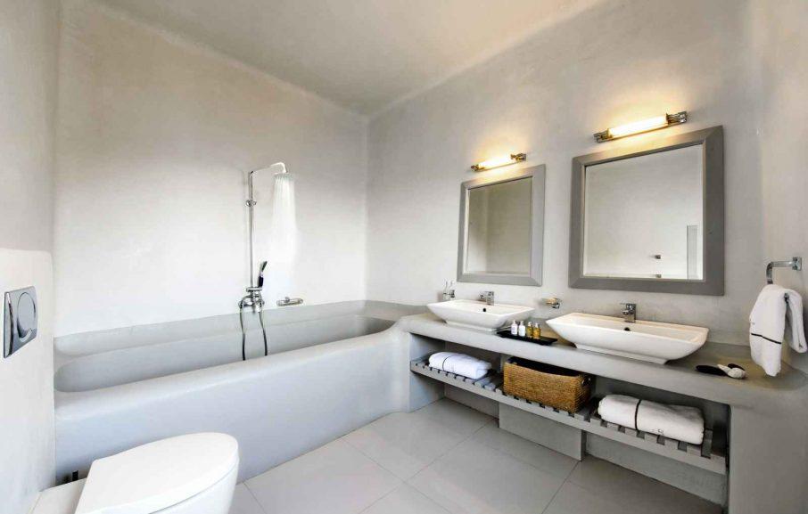 Salle de bain suite, Ambassador Aegean, Santorin, Grèce.