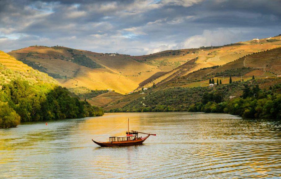 Bateau sur rivière (fleuve Douro), vallée du Douro, Portugal